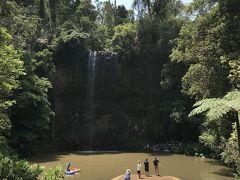 ミラミラの滝到着!!  この頃にはあの雨は夢だったかと思うような青空に!!  ただ滝つぼの水が泥色です…これ、さっきのスコールのせいよね…  滝の水は結構少ないかも。  ガイドブックでは「滝つぼで泳ぐことも出来る」と書いてありましたが…いやぁ、こりゃ泳ぎたくないでしょ…と思ったのですが!!  いるんですね、泳ぐ人、やっぱり。  左の方に浮き輪で遊ぶ欧米女子二人が…