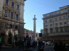 バスに乗ってコロンナ広場の近くで降りました。 マルクス・アウレリウスの記念柱が立っています。