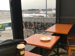 こんにちは。 こちらは成田国際空港第二ターミナル、搭乗ゲート61近くのタリーズコーヒーで飛行機を眺めながら、今回の旅は始まります。  出国後はプライオリティパスで入れるラウンジがないので、タリーズ福袋に入っていたコーヒーチケットを使い、お得にカフェイン摂取です。  本屋さんと併設している上に飛行機まで拝見できて、まさにお得です。