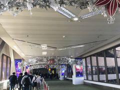 約4時間のフライトで、あっという間にニノイ・アキノ国際空港へ到着しました。  日本との時差は、-1時間だそうです。   とっくにクリスマスは終わっていますが、フィリピンではまだまだメリークリスマスのようです。