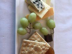 つまみにチーズを少し。結構飲んでます。チーズがおいしい。ブルーチーズが特によろしゅうございました。