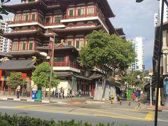 朝食は外で食べようとホーカーズを目指す。チャイナタウンを抜けてお目当てを目指す。シンガポールは町中のルールが厳しいかなと思ってたけど、チャイナタウンには灰皿ついたカフェ(外の席)はあるんだね。