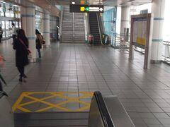 松江南京スタート、グリーンライン→南京復興でブラウンラインに乗り換えて、30分約で動物園に到着。ブラウンラインは小さめの電車です。