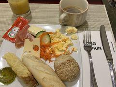 そして次の朝。 このプチホテルではリスボンほどのサービスや部屋の施設はなかったけど、 初日にお茶飲みたいからお湯沸かしたいってフロントに言いにいったら奥からケトルを出しきて貸してくれたり、フレンドリーな対応が過ごしやすかった。 ホテルで朝食をゆっくり食べて、そのままバラハス空港へ向かう。 ここはかなり大きい、わかりにくい、そしていろいろ事件も多発するで有名な空港なので、3時間前に到着してくださいってことだったけど、免税店も見たかったので4時間以上前に到着しておくことにした。来た時と同じ経路でシベーレス広場からのエアポートエクスプレスバスにのってターミナル4に到着。その後ターミナル4Sに移動する必要がある。バスターミナルも発見し順調に空港到着。