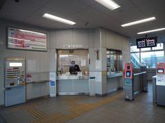 在来線の改札口。なんというか、普通に少し郊外の在来線駅って感じですね。新幹線接続駅に見えない……。