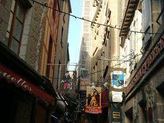 ホテルやお土産ものやさんや レストランが立ち並ぶメインストリート  グランド・リュ