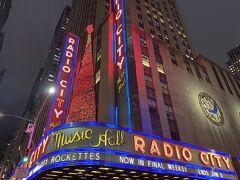今回初めてこちらでショーを観ます!このラジオシティの前は何度も通っていましたが、中に入るのは初めてです♪