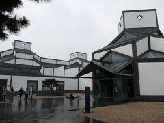 蘇州博物館新館  パリのルーブル美術館にガラスのピラミッドをつくった貝聿銘の設計で、蘇州の伝統的建築を現代風に表現した素晴らしい建築。彼は蘇州の出身で、2006年にこの博物館を作った。博物館は無料です。