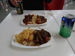 お昼は中華。焼きそばがチャーハンかを選び、好きなおかずを2品選べるシステムです。美味かった!世界三大料理はどこで食べても美味しいんですね。