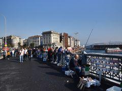 ガラタ橋ではたくさんの人が釣りしてます。  ハマムの予約を15時からしてあるので、それまで新市街を散策です。