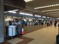 カフルイ空港の中へ。  横に長い空港で、航空会社のチェックインカウンターが並んでいます。
