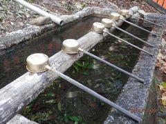 手水口にお行儀よく並んだ柄杓。