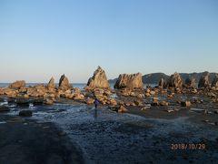 夕陽を浴びて奇岩が並ぶ光景は、とてもめずらしかった。 潮が引いていたので、堤防を降りて岩の傍まで行く。 そびえ立っている部分は岩の隙間に入った1400万年前のマグマ(石英斑岩)で出来ているそうだ。