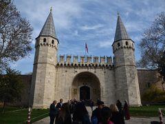 ブルーモスクの後はトプカピ宮殿へ。