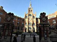サンパウ病院  1902年から1930年にかけて建築、145,000㎡の敷地にバルセロナ市内にあった6つの病院が統合された48棟の建物群。設計は建築家リュイス・ドメネク・イ・ムンタネー 、同氏の手掛けたカタルーニャ音楽堂と共に世界遺産に登録されている。2009年まで診療されていたが老朽化のため閉鎖、世界遺産として修復中。
