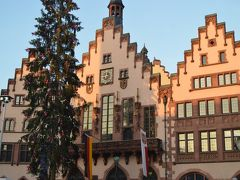 おはようございま~す☆ 元旦の朝はフランクフルト中心部れを散策しました。レーマー広場の旧市庁舎は朝日に輝いていい感じ(*^_^*)