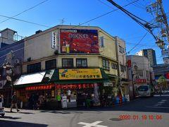 昭和25年創業の鯉とうなぎのまるます家 https://twitter.com/marumasuya1 は行列ができる鰻屋さん。 まだ開店前なんで行列は無し。