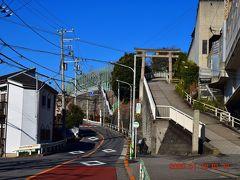 呑み屋街を抜けて線路沿いに北に進んでいくと、急な坂が表れる。 そこを上がったところにあるのが赤羽八幡神社 http://ak8mans.com/ です。