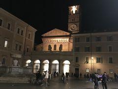 街の広場には、ローマの中でも最古の教会とされるサンタ・マリア・イン・トラステヴェレ教会があります。 広場では大道芸人がパフォーマンスをしていました。