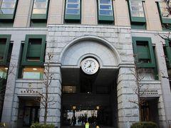 日本橋小学校正門の上にある時計はカラクリ時計でした。