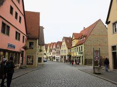 レーダー門から城壁に囲まれた旧市街に入ります。 街に入ると中世の美しい街並み~♪ かわいい!