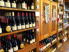 昼食後は計画していたワインショップのグロッケ・ワインガーデンへ。 自家製ワインが壁一面に並んでいます。 フランケン地方特有のボックスボイテルに詰められたワインもあります。
