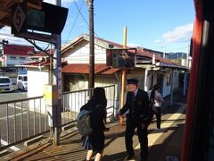 上郷駅。 無人駅では、車掌さん大忙し。