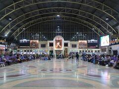タイ国鉄のバンコク駅(ファランポーン駅)は夜でも賑やかです。駅舎の外は大勢のホームレスの人々が寝ており少々危険な雰囲気。