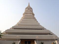 大仏塔へ。高さは80メートルもある大きな仏塔。塔の最上部には100キロの金で作られた宝珠が輝いています。