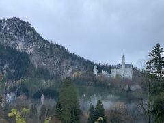 バスの窓から遠くの方に見えてきましたノイシュヴァンシュタイン城  ツアーは城の麓で解散し、城の入り口で再集合でした。 麓にはもう一つのお城 ホーエンシュヴァンガウ城 があります。 こじんまりとしていますが、メルヘンで可愛い外観。 是非ノイシュヴァンシュタイン城とセットで行ってみてください。  麓からお城まで登るには 徒歩・バス・馬車 の3つの方法があります。行きはバス、帰りは徒歩で行きました。 どの方法で行っても時間はそんなに変わらないかな?と感じました。 バスや馬車も最後は徒歩で少し坂を登らなければいけません。  バスの降り場の近くにマリエン橋の入り口がありました。 冬場は凍結のため入れなくなってしまうのですが、ギリギリセーフ、入る事ができました。