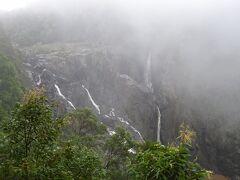 雨に煙る滝