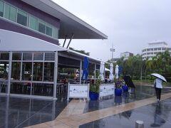 雨の中、朝食を買い出しに。  ガイド本ではアルポートカフェと紹介されていたお店は 名前がブルーマリンに変わっていました。