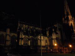 ホテルのすぐ横に聖メアリー・レドクリフ教会。かってエリザベス1世が「イングランドで最も美しく、魅力ある教区教会」と讃えたそうです。