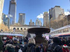 ランチを終え、タイムズスクエアから東、昨日「THE RIDE」に乗ってるときに見つけたブライアント・パークのクリスマスマーケットへ。日曜日だということもあり賑わっています。
