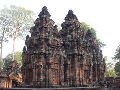 続いて向かったのがバンテアイ・スレイ。ここは都ではなく寺院の跡。赤っぽい砂岩に繊細な彫刻が施されている