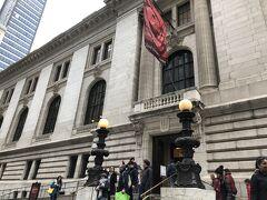 お次はブライアント・パークのお隣、ニューヨーク公共図書館へ ここは 女性に人気だったドラマ「SEX AND THE CITY」の映画版のロケ地となった場所です。