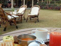 インド3日目の朝8時30分、ホテルの朝食。 昨日とはちょっと違うメニューとなっている。  天気も良いので、ちょっと肌寒いが中庭でしっかりといただく。