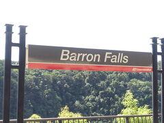 途中のバロン滝駅。 みんな一旦下車して、パパッとと写真タイム。 アジア人以外の観光客も多し。