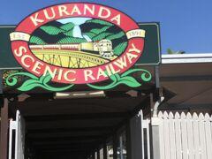 終点、キュランダ村到着。 すぐバスへ乗り込み、コアラと写真撮影に行きます。
