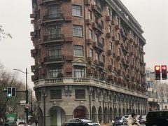 ☆武康大楼☆ ホテルから8号線大世界駅から交通大学まで地下鉄で行きました。地下鉄(4元)。 淮海中路という大通りを東に進むと、武康大楼がみえてきます。 1920年代に建てられた、このエリアを代表する上海の古い洋風住宅です。