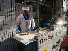 東雲かまぼこさんの店頭では「じゃこ天コロッケ」を販売。練り物を広げて形にし、その場で揚げてくれる。じゃこ天のじゃこは雑魚の訛りだそう。