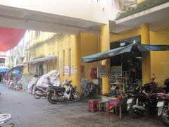 バイクを止めてホイアン市場へ。