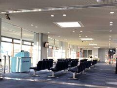 【1日目】1月25日(土)初一  地元の空港(岡山桃太郎空港)で登場待ち。待合室はこのとおり閑散。 旧正月の元日なのに!!