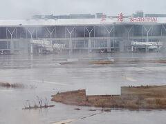 予報通り、「下雨」。 それも激しめの雨・・・。 新しいゲートができたらしく、着陸してから飛行機は延々陸路を移動。 雨の中タラップを降りてバス移動ではなかったのはありがたかったです。