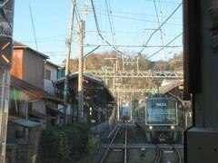 列車の行き違いのできる長谷駅。反対から来た下り鎌倉行きが停車中。 ちなみに江ノ電は藤沢駅が起点なので鎌倉方面行が下り、藤沢方面行が上りだそうです。