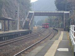非電化の地方交通線を走る1両だけのワンマンカーなのにJR九州の車両はカッコイイです。大分県の夜明駅から乗車。