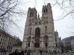 今日見るべきものは見たので、あとはぶらぶらと街を散策です。なーーんにも決めてません!笑  とりあえず何も考えずに道を歩いて、サン・ミッシェル大聖堂に来ました。大きい…。あまり背の高い建造物のないブリュッセル中心地で、ここはシンボルのような存在ですね。