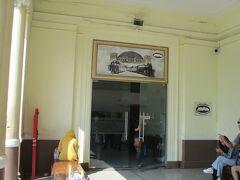 さて鉄道好きの私(鉄オッサン)、タイ国鉄では数少ない博物館的お店へ。ファラポーン駅の南西端にあります。昼間にファラポーン駅に来れたのは、私は初めてで、入店してみました。  以下、2008年の現地ニュース記事から  タイ国鉄資産分割部長のメッディニーさんは、この展示スペース、「オープン当初の来訪は地元の鉄道ファンだけだった。徐々に日本人観光客の数が増え、最近はかなり目立つ存在になっている」と日本人の鉄道好きに驚く。「フレームに収めた記念切符(999バーツ)や古い硬券(切符)セット(59バーツ)などが、日本人に人気の高いアイテム」とも。   まだ鉄道博物館設立計画は事業化のレールに乗っていないが、バンコク中央(ファラポーン)駅に特設の展示スペースを設けリサーチを進めているという。