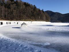 最初に立ち寄ってみたのは糠平湖。 この週末はJAF公認の「糠平湖氷上タイムトライアル」が行われていました。 これがホテルの駐車場にラリー仕様車がたくさん停められていた理由だったのですね。 とても湖の上でのイベントとは思えない迫力でしたが、何しろ寒過ぎて1分たりとて手袋を外したままiPhoneを構えていられません! もう少しじっくり見ていたかったのですがみるみる身体が固まっていくのに耐え切れず30分ほど観て撤収しました。