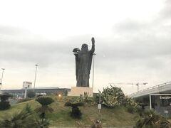 ホテルから見えたレオナルド・ダ・ヴィンチの巨大銅像。これ見るとローマに来たと実感します。